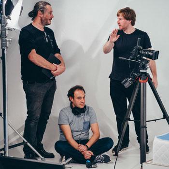 Drei Männer debattieren beim Dreh