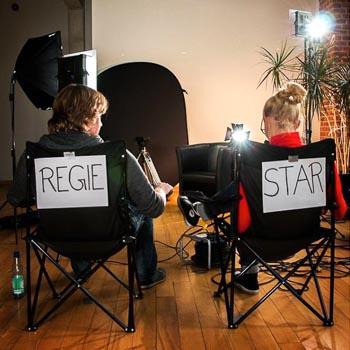 Regisseur und Darstellerin machen Pause
